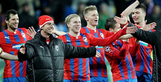 DOKÁZALI JSME TO! Plzeňští fotbalisté se radují z postupu do jarní fáze Evropské ligy.