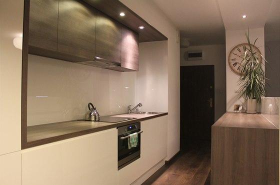 Kuchyň je umístěna v nice, nijak na sebe neupozorňuje.