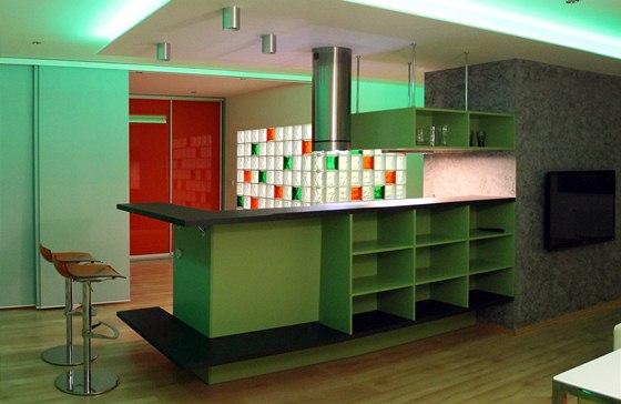 Ze strany jídelny a obývací části připomíná kuchyň spíše bar.