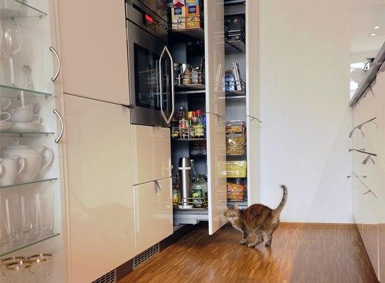 Výsuvné spížní skříně nabízejí přehled o uložených potravinách.