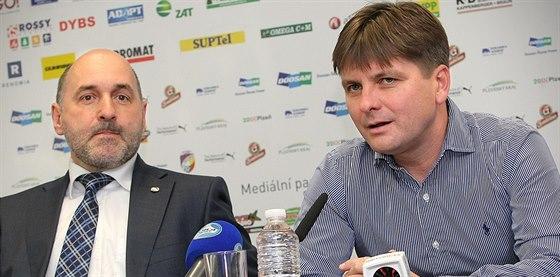 Nový trenér plzeňských fotbalistů Dušan Uhrin mladší (vpravo) na tiskové...