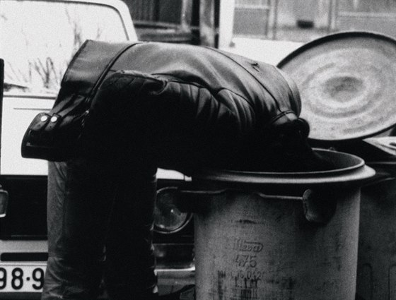 �p�na se schov�v� p�ed hl�dkou VB, 1982, archiv Ji��ho Macha. (Z knihy Kmeny 0)
