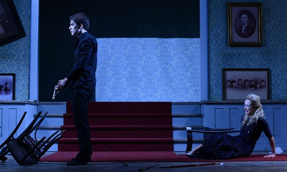 Patrik Děrgel a Petra Hřebíčková v adaptaci Hamleta v pražském Švandově divadle