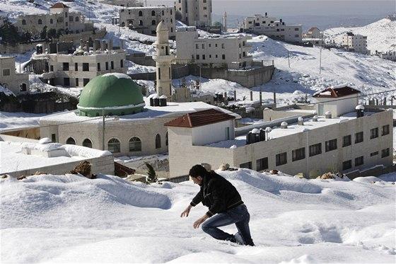 Palestinec se brodí sněhem ve městě Náblus na Západním břehu Jordánu.