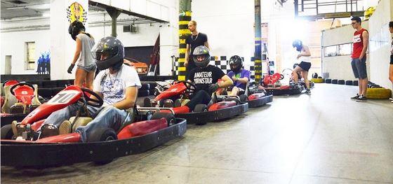Motokáry v Papírně se mohou pochlubit nejnovějšími závodními simulátory v Plzni