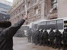 Těžkooděnci v centru Kyjeva se pokusili vyklidit radnici, demonstranti na ně...