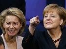 Angela Merkelová a budoucí ministryně obrany Ursula von der Leyenová (17....