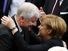 Angela Merkelová přijímá gratulace od šéfa CSU Horsta Seehofera (17. prosince...
