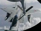 Japonská stíhačka F-15DJ čerpá za letu palivo z amerického tankovacího letounu...