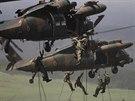 Japon�t� voj�ci sla�uj� z vrtuln�k� UH-60JA b�hem man�vr� nedaleko Tokia.