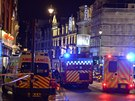 Londýnští zdravotníci zasahují před divadlem Apollo (19. prosince 2013)
