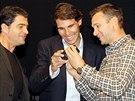 CO TO TAM MÁ�? �pan�lský tenista Rafael Nadal se sm�je p�i pohledu na mobil...