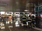 Hasiči odčerpávají vodu z vestibulu metra Dejvická (12.12.2013)