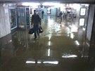 Voda z prasklého potrubí zaplavila vestibul metra Dejvická (12.12.2013)