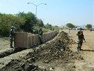 Vojenští příslušníci mise OSN stavějí ochranou konstrukci v hlavním městě...