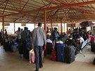 Na mezinárodním letišti v hlavním městě Džuba čekají zahraniční občané i místní...