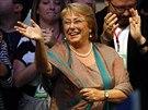 Michelle Bacheletov� oslavuje po ohl�en� v�sledk� prezidentsk�ch voleb.