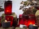 U plotu už od časného rána plápolalo několik svíček, k nim postupně přibývaly...