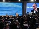 Ruský prezident Vladimir Putin během tiskové konference vysílané státní...
