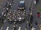 Vůz s rakví exprezidenta Mandely doprovázela ulicemi Pretorie početná eskorta...