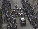 Rakev s tělem exprezidenta Mandely vyprovázely v ulicích Pretorie zástupy lidí...