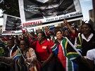 I pietní akt za zesnulého bojovníka proti apartheidu skýtá prostor pro reklamu...
