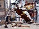 Stěhování soch do piaristického chrámu.