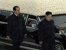 Dva roky starý snímek z pohřbu Kim Čong-ila. Za jeho synem  Kim Čong-unem šel