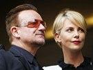 Irský zpěvák Bono a americká herečka Charlize Theronová na vzpomínkové akci na