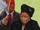 Mandelova manželka Graca Machel (druhá zprava) přichází na vzpomínkovou akci na
