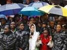 Jihoafričané sledují vzpomínkovou akci na počest zemřelého Nelsona Mandely na