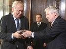 Prezident Miloš Zeman dal premiérovi Jiřímu Rusnokovi k Vánocům malou sochu lva