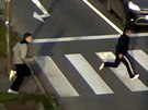 Utíkající dvojice lupičů, která v Ostravě-Porubě oloupila čtrnáctiletého hocha.