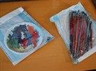 Policie při domovní prohlídce u falzifikátora našla i štětce a temperové barvy....