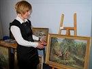 Ostravská kriminalistka Lenka Burdigová u jedné nepodobeniny díla valašského malíře. (19. prosince 2013)