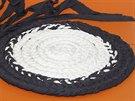 Z bavlněných špagátů lze uplést i plochý copánek, stočit ho do kruhu a...
