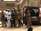 Rakev s ostatky Nelsona Mandely byla převezena do hlavního města JAR Pretorie....