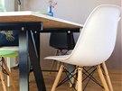 Na stůl stačilo použít podnoží z IKEA a desku z lamina.