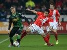 VE DVOU HO UBRÁNÍME. Oscar Wendt z Mönchengladbachu (vlevo) má sice míč na...