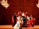 Záběr z Verdiho Fastaffa, kterého odvysílala Metropolitní opera v přímém přenosu