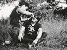 Výroba punkovýho účesu v přírodě. Martin a Máca, Strakonice 1986, archiv Bobíka. (Z knihy Kmeny 0)