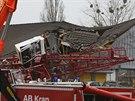 Na supermarket v německém městě Bad Homburg spadl jeřáb (11. prosince 2013).