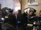 Policie obehnala Coco café disco bar v pražské Kaprově ulici páskou.