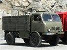 Základní armádní verzí Tatry 805 byl vysoký valník s možností natažení plachty....