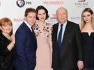 Autor seriálu Panství Downton Julian Fellowes (druhý zprava) a herci Lesley Nicolová, Allen Leech, Michelle Dockery a Laura Carmichaelová (10. prosince 2013)