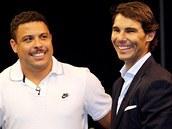 POKER S ÚSMĚVEM. Tenista Rafael Nadal (vpravo) a bývalá hvězda fotbalových