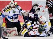 Brankář Komety Brno Čiliak zasahuje v duelu proti Vítkovicím.