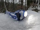Na potápění to není, ale dle IPX6 si poradí se stříkající vodou a ani sníh jí...