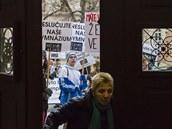 Studenti Gymnázia Vysoké Mýto protestují před Krajským úřadem proti slučování a...