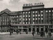Pohled na Hotel Palace v období První republiky. Vlevo Módní dům Ostravica -...